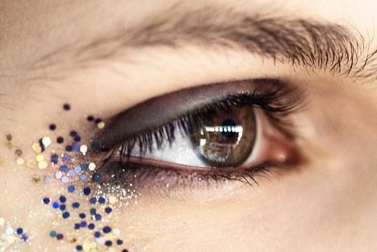 Burberry Fall/Winter 2016 Glitter Eye Makeup - Burberry Glittery Smoky Eye How-To | Teen Vogue (855)